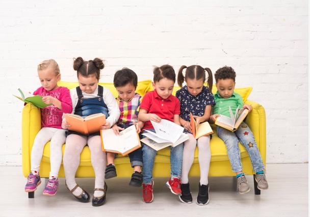 Niños y niñas leyendo